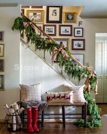 Украшение лестницы еловыми ветками